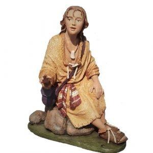 pastor joven sentado en roca